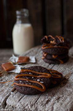 Sjokoladekjeks med Snickers og Smørbukk Glass Of Milk, Food, Caramel, Essen, Meals, Yemek, Eten