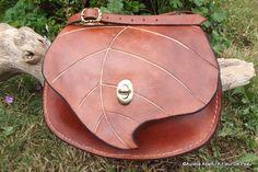 Sac à main personnalisé en cuir marron forme de feuille, esprit des bois. : Sacs à main par afleurdepeau