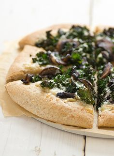 Portabella & Kale Pizza with Roasted Garlic Sauce. Used store-bought pizza crust, roasted garlic (from the antipasti bar), and spinach. Topped liberally with mozzarella. Kale Pizza, Vegan Pizza, Garlic Pizza, Vegetarian Pizza, Healthy Pizza, Pizza Pizza, Pizza Party, Pizza Recipes, Sauce Recipes