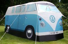 Una tienda de campaña  con una apariencia de lo más peculiar: Es una réplica a tamaño real de la mítica furgoneta de Volkswagen de 1965.