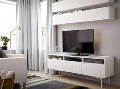 Séjour avec éléments muraux et banc TV, tout en blanc