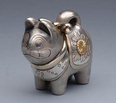 皇室のボンボニエール Japanese Dogs, Japanese Gifts, Cat Jewelry, Animal Jewelry, Jewellery, Japan Crafts, Kawaii Gifts, Maneki Neko, Animal Sculptures