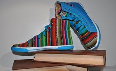 Presentamos esta variedad de zapatos hechos en Perú con telas andinas presentando una gran calidad artística en el uso de los colores y en la iconografía.   Este tipo de telas se lleva fabricando desde la época de los Inkas hasta la actualidad innovando la estética, calidad y comodidad de nuestros zapatos.
