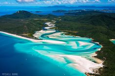WHITSUNDAY ISLAND. La mayor del centenar de islas del archipiélago de las Whitsunday, frente a la costa oriental australiana, es un excelente primer contacto con la Gran Barrera de Coral. En 1770 el capitán James Cook desembarcó brevemente en su arena y certificó su belleza en el cuaderno de bitácora de la expedición. A diferencia de otras islas de la región de Queensland, el interior es montañoso y cubierto de vegetación exuberante, mientras que en las playas crecen las palmeras enanas.