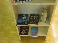 Hyllyn alareunan kirjat oli laitettu todella hyvin esille. Nähdäkseen ne ei tarvinnut kyykätä alas. Kirjastossa hyllyissä puhutaan kertomakirjallisuudesta kaunokirjallisuuden sijaan.