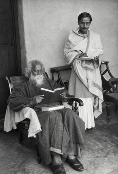 Rabindranath Tagore dictating to his secretary, India, 1929 Rare Pictures, Rare Photos, Documentary Photographers, Portrait Photographers, Satyajit Ray, Frog Illustration, Mother India, Rabindranath Tagore, Famous Poets
