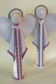 El año pasado ya preparé algunos adornos navideños con cuerda y arpillera y me encantó el resultado, así que este año he vuelto a retomar estos dos materiales para hacer dos Ángeles de Navidad. ¿Os ap