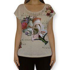 Camiseta fullprint Sweet Little Song de @lagostadesregrada | Colab55 #colagem #partitura #floral #music #amor #vintage #musica #beijaflor #love #anatomia #tshirt #flores #camiseta #babylook #Hummingbird