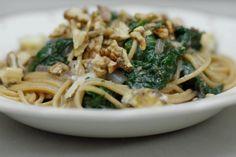 Volkoren pasta is voedzaam en bevat redelijk wat vezels. Jeroen maakt er een pastagerecht mee met een vrij dunne saus op basis van bouillon en blauwe kaas. De heerlijke Limburgse Grevenbroecker kan je verkrijgen in de gespecialiseerde kaashandel, maar je kan net zo goed gaan voor een gelijkwaardig alternatief. Een flinke portie verse spinazie zorgt voor de nodige vitaminen.