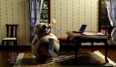 BB-8 is feeling left out : どうせ、ボクなんてもう飽きられたんだ…と、いじけ始めてしまった BB-8 …。- 「スター・ウォーズ : ザ・ラスト・ジェダイ」の新しい予告編に不満の BB-8 が、あんな新入りなんて…と嫉妬し、ヤケ酒をあおる始末です…。 | CIA Movie News | Star Wars, BB-8, Porg, LOL, Video - 映画 エンタメ セレブ & テレビ の 情報 ニュース from CIA Movie News / CIA こちら映画中央情報局です