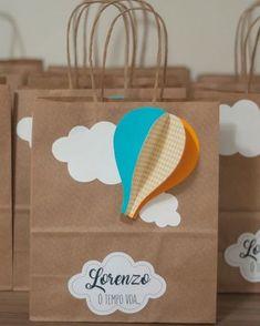 Encerrando com chave de ouro as fofuras do primeiro aniversário do Lorenzo com essas sacolinhas personalizadas, foférrimas! ㅤ A sacolinha nem sempre precisa ser recheada. Ela pode servir de bolsa pros convidados levarem os personalizados dentro, docinhos, etc. Claro que se tiver recheada ninguém vai reclamar né?! 😂🙈 ㅤ #papelariadefesta #papelariacriativa #papelariapersonalizada #festabalao #festaotempovoa #balloonparty #festamenino #festamenina #maedemenina #maedemenino #personalizadosbal Rainbow Party Decorations, Birthday Decorations, Baby Boy Birthday, 1st Birthday Parties, Balloon Birthday Themes, Decorated Gift Bags, Paper Crafts Origami, Baby Shower Balloons, Party Bags
