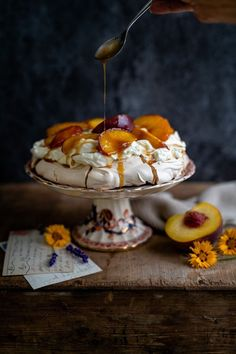 sugar pavlova with caramelised peaches Brown sugar pavlova with caramelised peaches: the perfect easy summer dessert that's sure to WOW everyone.Brown sugar pavlova with caramelised peaches: the perfect easy summer dessert that's sure to WOW everyone. Köstliche Desserts, Dessert Recipes, Meringue Desserts, Meringue Food, Plated Desserts, Meringue Pavlova, Easy Summer Desserts, Crack Crackers, Chocolate Desserts