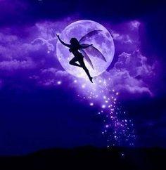 Hada vuela bajo la luz de la LunaLa silueta de un ser puro se deja ver en una iluminada noche, un hada despidiendo el fulgor mágico de su polvo de hadas vuela teniendo a la Luna como telón de fondo.