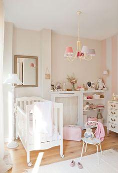 La interiorista Lupe Rebollar quiso crear una habitación femenina pero no cursi. Con rosa, sí, pero a franjas gruesas y pequeñnos toques.