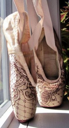 Hand-painted mehndi pointe shoes, by KiteFlyerArt on