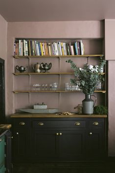 This saturated kitchen amps up a plummy licorice cabinetry (Farrow & Ball's Paean Black) with a fondant rose shade (Farrow & Ball's Sulking Room Pink) on the walls for a luscious combo. Kitchen Interior, Kitchen Design, Kitchen Decor, Kitchen Modern, Living Room Kitchen, Living Room Decor, Farrow And Ball Kitchen, Pink Walls, Black Kitchens