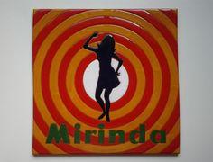 Placa de 30x30cm de este clásico de los refrescos, 100% español. Y que decir de los singles de regalo... ¡de lo más ye-yé!.