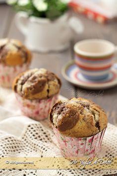 Muffin alla vaniglia e cacao bicolori. Golosi dolcetti per la colazione e la merenda. Una ricetta facile e veloce da preparare, 20 minuti e sono pronti.