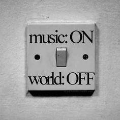 Altijd wanneer Viola muziek aan het luisteren is, is het net alsof zo in een andere wereld is. Ze sluit zich dan af van de wereld en gaat helemaal op in de muziek. Muziek is haar leven.