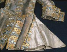 L'habit de noces du Roi Gustave III de Suède 1766. A bit later, but interesting view of the, somewhat conservative, pleats.