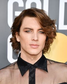 The Least-Boring Beauty Looks From the Golden Globes - Cody Fern makeup para homens smoky under eye Golden Globes 2019 - Androgynous Makeup, Androgynous Fashion, Mud Makeup, Hair Makeup, Makeup Man, Men Wearing Makeup, Coachella, Male Eyes, Makeup Designs