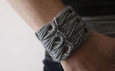 kootoyooのKirstyさんの作る毛糸の腕輪が、ニットでできていて、とても素敵です。 http://www.kootoyoo.com  手芸部でも、今年の秋くらいから、アクセサリーも作れたらいいなぁと思 …