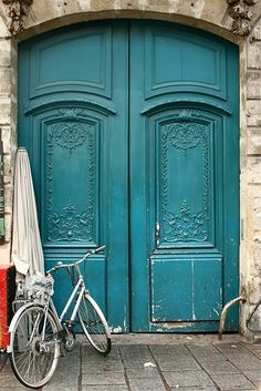 A blue door in Paris.a blue door for me! Cool Doors, The Doors, Unique Doors, Windows And Doors, Arched Doors, Teal Door, Turquoise Door, Vintage Turquoise, Porte Cochere