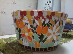 Vaso de cerâmica redondo revestido em colorido mosaico feito com azulejos.  Poderá ser utilizado como um lindo cachepô. R$ 140,00