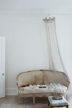 Vintage sofa and ceiling net | Vintage Home Inspirations