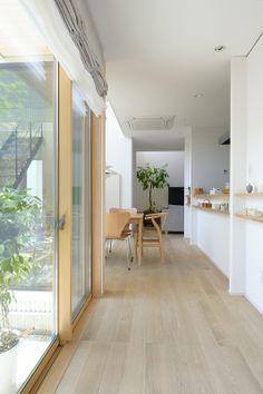 中庭が見える廊下。右手の飾り棚はできるだけシンプルに。