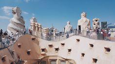 Turyści w La Pedrera by Gaudi w Barcelonie.