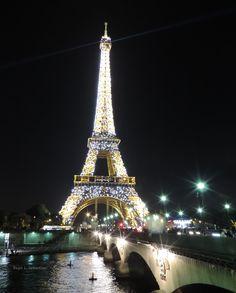 Torre Eiffel iluminada durante a noite - Fotos de Paris