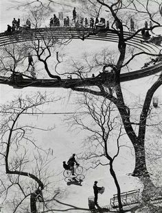 Andre ' Kertesz composition stye doesn't stop growing, Washington Square,NYC. Classic Photography, History Of Photography, Urban Photography, Black And White Photography, Street Photography, Minimalist Photography, Color Photography, Andre Kertesz, Budapest