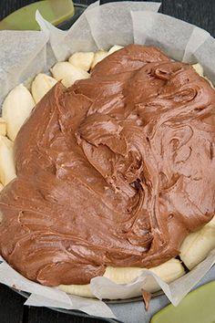 prajitura-rasturnata-cu-banane-si-caramel-6 Icing, Peanut Butter, Deserts, Food And Drink, Cooking Recipes, Yummy Food, Cookies, Caramel, Backyard