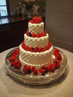 クリームは、バスケット絞り。 イチゴとベリーだけを飾ったケーキは、とっても贅沢です。