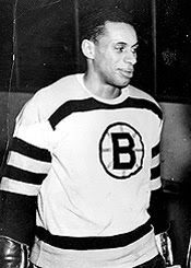 Willie Eldon O'Ree (October Known best for being the first black player in the National Hockey League. Boston Bruins Hockey, Men's Hockey, Hockey Games, Hockey Players, Hockey Pictures, Wayne Gretzky, Boston Sports, National Hockey League, Pittsburgh Penguins