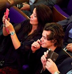 The tables were turned on Harry Styles this week as he took a turn being proud spectator as he cheered on his sister at her graduation.The One Direction star travelled up to Sheffield Hallam Universit. Harry Styles Family, One Direction Harry Styles, Harry Styles Pictures, Harry Styles Sister, Direction Quotes, Gemma Styles, Star Wars, Mr Style, Treat People With Kindness