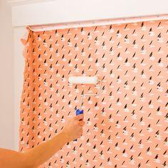 Faça você mesmo: aprenda a usar tecido como papel de parede | CASA.COM.BR
