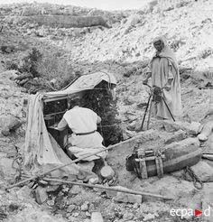Deux méharistes-transmetteurs du groupement Paganelli en action dans le secteur du Chott Djerid. Ils combattent au sein du FSEA (front sud-est algérien) constitué pour parer à toute menace allemande sur la frontière algéro-tunisienne. Date : Avril 1943