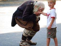 E' arrivato al 98esimo anno di età Dobri Dobrev, un uomo che ha perso l'udito durante la seconda guerra mondiale.Ogni giorno percorre i 10 chilometri che separano il suo villaggio dalla città più vicina, Sofia. ha chiesto per anni i soldi ai passanti, arrivando a raccogliere oltre 40 mila euro. Ma per lui non ha tenuto nemmeno un centesimo. Ha continuato a vivere con la sua piccola pensione statale di 80 euro e ha dato tutto il resto in beneficienza