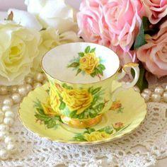Šálek na čaj * bílo žlutý porcelán s malovanými žlutými růžemi ♥