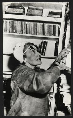 Victoria Ocampo (1890-1979), dans la bibliothèque de sa villa vers 1940.