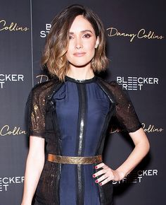 At the premier of Danny Collins in New York City, Rose Byrne smoldered with bronze-hued makeup and her lob in piecy waves. To get the look, makeup artist Hung Vanngo used Tom. Rose Byrne Style, Rose Byrne Hair, Homecoming Hairstyles, Bride Hairstyles, Cool Hairstyles, Weave Hairstyles, Clavicut, Danny Collins, Wine Lips