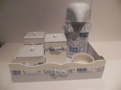 R$ 165,00 = Kit Higiene Patchwork Azul (bandeja + 3 potinhos + garrafa + pote de cerâmica)