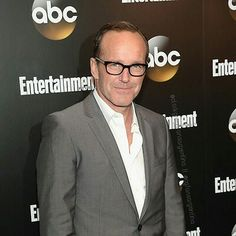 Clark Gregg Esa mirada pícara... si si si eres guapísimo y lo sabes...   @clarkgregg #clarkgregg #premiere #agentsofshield #sexy #suit #smile #handsome #style #follow #director #actor #writer #agentsofshield #philcoulson #fandom #instacool #elegant #grey #instagood #fashion #lovehissmile #sensual #swag #marvel #bamf #beautifuleyes #scruff