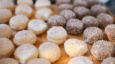Nakonec obalujeme ve strouhaném kokosu | foto: Martin Čuřík Choux Pastry, Flower Aesthetic, Muffin, Breakfast, Food, Treats, Sweet, Building Information Modeling, Pumps