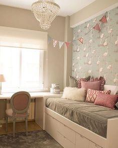 Branco + cinza + rosa em uma linda combinação para quarto de menina. Destaque para o papel de parede de flamingos