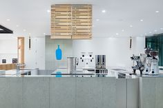 Image 4 of 12 from gallery of Blue Bottle Coffee Shinagawa Cafe / Schemata Architects. Photograph by Takumi Ota Coffee Shop Design, Cafe Design, Store Design, Cafe Interior, Interior Design, Japanese Bar, Blue Bottle Coffee, Cafe Shop, Shop Interiors