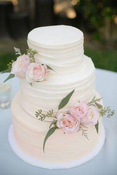 Bolo de Casamento com detalhes em rosa.