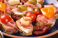 Silvester, na aký sa nezabúda! Inšpirujte sa nápadmi na chutné jednohubky. Sausage, Meat, Food, New Years Eve, Sausages, Essen, Meals, Yemek, Eten